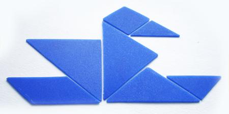 Головоломка представляет собой квадрат разрезанный на 7 частей: 2 больших треугольника, один средний...